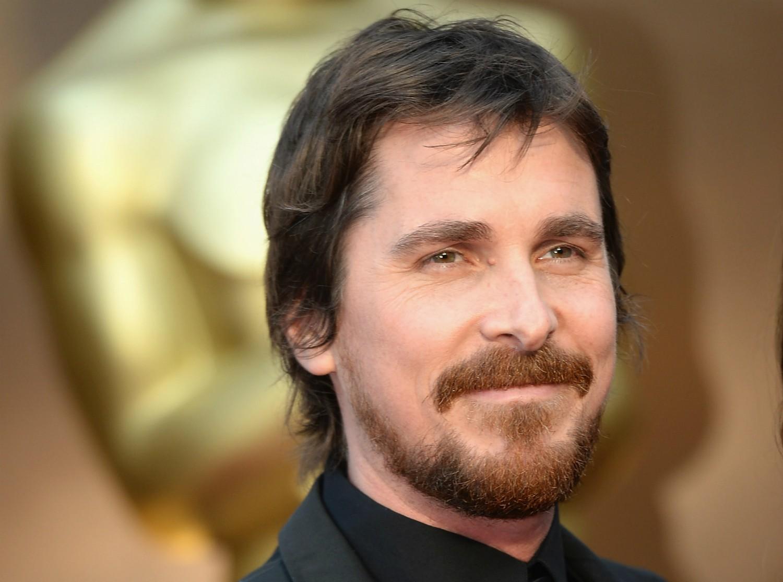 """Christian Bale deu uma bronca horrorosa no diretor de fotografia de 'O Exterminador do Futuro — A Salvação' (2009), quando o profissional passou sem querer entre o ator e a câmera no meio da gravação. O áudio da cena de bastidor vazou, o que levou Bale a se dizer arrependido pouco depois. Ele disse a uma rádio: """"Sou um ator e não sei muito ao certo como lidar com essa coisa de estrelato"""". (Foto: Getty Images)"""
