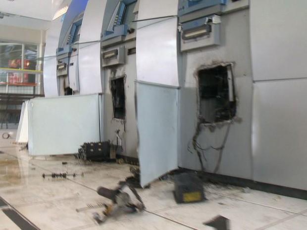 Grupo usou um maçarico para arrombar três caixas em Jacaraípe (Foto: Reprodução/ TV Gazeta)