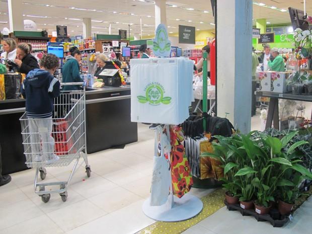 Sacolas ecológicas são encontradas apenas para venda em supermercados de São Paulo (Foto: Nathália Duarte/G1)