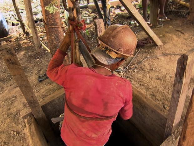 Garimpeiro se arrisca a 60 metros de profundidade para extrair pedras  (Foto: TV Globo)