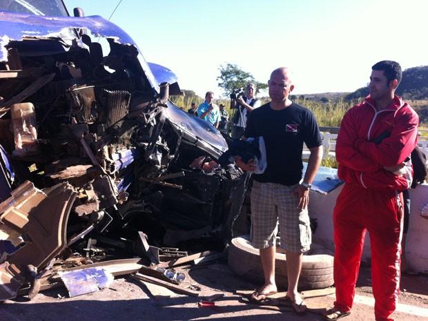 Bombeiros que sobreviveram ao acidente param ao lado de carro em que estavam. Veículo ficou completamente destruído (Foto: Patrícia Alencar/G1)