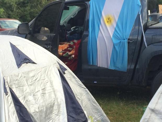 Argentinos dormem em carros e barracas em Porto Alegre (Foto: Luiza Carneiro/G1)