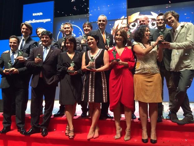 Premiados nas 13 categorias do Caboré posam com troféus (Foto: Darlan Alvarenga/G1)
