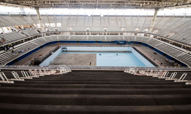 Piso da piscina da nata o ol mpica come a a ser instalado for Piso 0 inferior estadio da luz