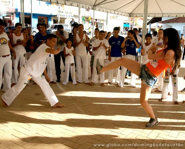 Elenita Machado se arrisca na capoeira (Foto: Domingão do Faustão / TV Globo)