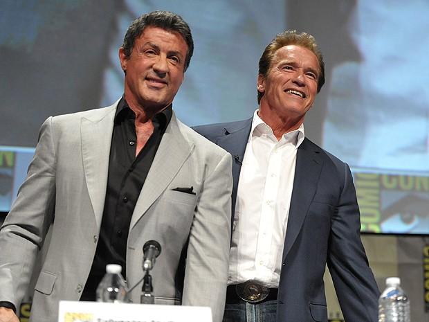 Os sessentões Sylvester Stalone e Arnold Schwarzenegger  na Comic-Con (Foto: AP)