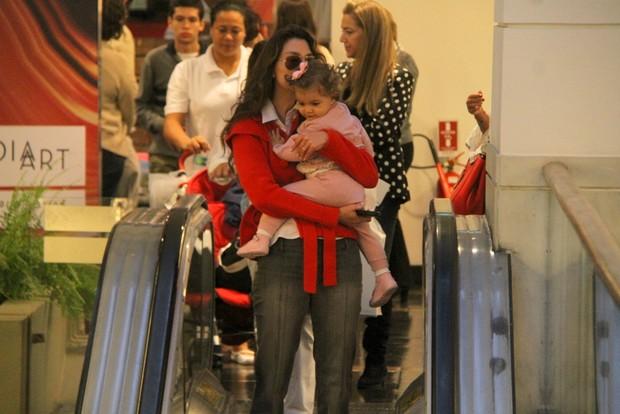 Lavínia Vlasak passeia com a filha em shopping do Rio (Foto: Daniel Delmiro / AgNews)
