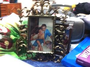 No porta-retrato, o médico Leandro Boldrini com o filho Bernardo, encontrado morto no dia 14 de abril (Foto: Jonas Campos/RBS TV)