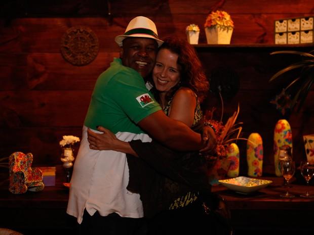 Aílton e Dani Barros se abraçam em festa de Império (Foto: Ellen Soares / Gshow)
