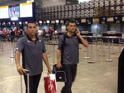 Jogadores Atlético-PR aeroporto (Foto: Monique Silva)