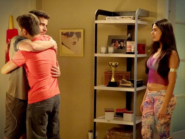 Os dois se abraçam após Leandro aceitar o convite (Foto: Avenida Brasil / TV Globo)