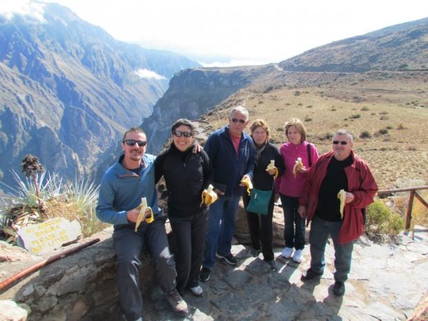 Os aventureiros com os pais de Liliane e amigos na região do Mirante do Condor, no Peru (Foto: Arquivo Pessoal / Liliane Santiago)