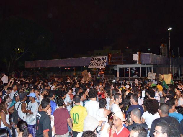 Manifestantes em frente à Prefeitura de Aracaju (Foto: Flávio Antunes/G1)