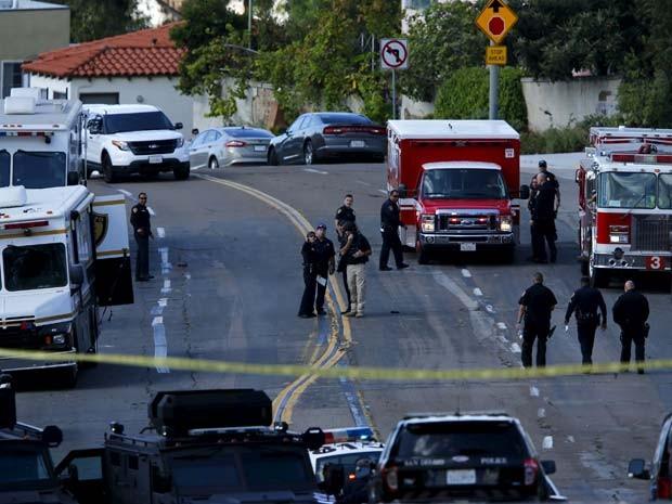 Polícia e bombeiros procuram homem armado nesta quarta-feira (4) em San Diego (Foto: REUTERS/Mike Blake)