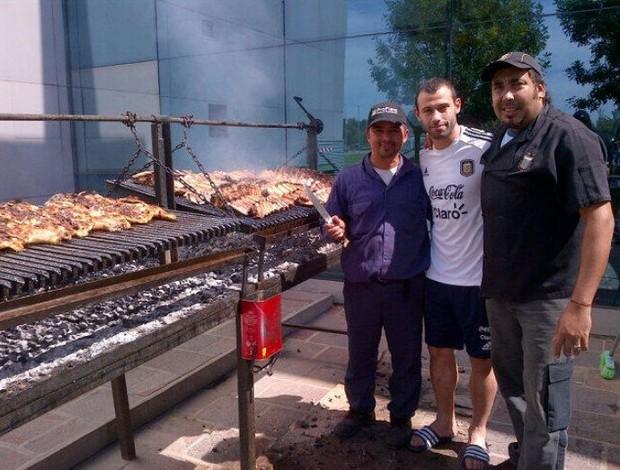 Mascherano em churrasco da Argentina na concentração (Foto: Reprodução/Twitter)