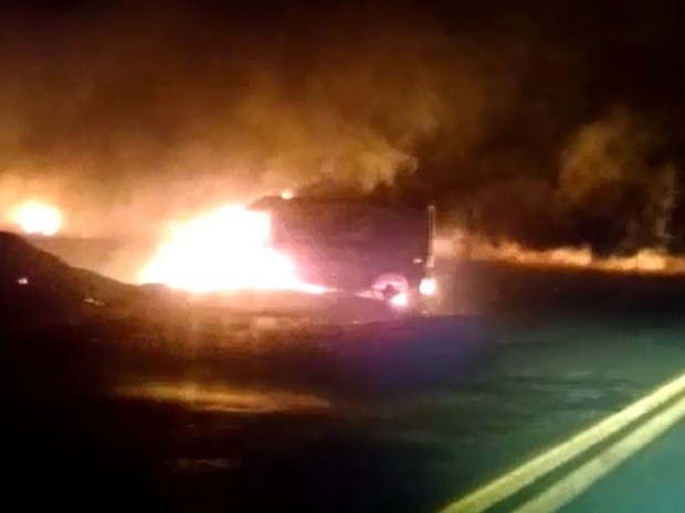 Fogo atingiu van que estava às margens da rodovia em Jardinópolis (Foto: Reprodução/EPTV)