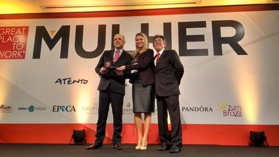 Representantes da Ford Credit Brasil recebem o troféu do GPTW Mulher (Foto: ÉPOCA)