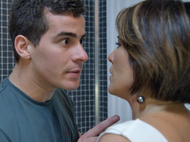 """Diogo coloca Beatriz contra a parede: """"Te vejo na cadeia!"""" (Foto: TV Globo)"""