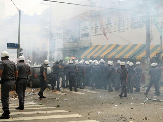 Torcedores do Palmeiras entraram em confronto com a Polícia Militar antes do início da partida contra a equipe do Corinthians, válida pelo Campeonato Paulista 2015, na Alliaz Parque, zona oeste de São Paulo, neste domingo (Foto: José Patrício/ Estadão Conteúdo)