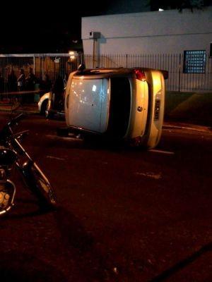 Carro colidiu em veículo estacionado em avenida de Marília (Foto: Mariana Lima/TV TEM)
