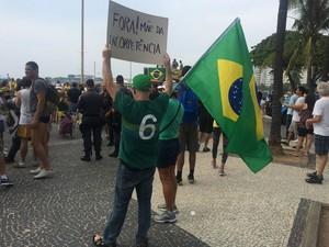 Manifestante exibe cartaz em Copacabana (Foto: Daniel Silveira/G1)