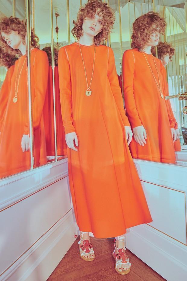 Túnica de lã bordada, batizada de You Hold My Heart In Your Hand, sobre camisa de chiffon de seda, ambas da coleção de alta-costura.  (Foto: Emmanuel Giraud)