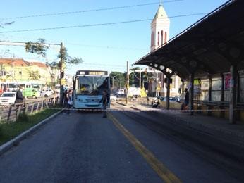 Corredor de ônibus foi isolado após atropelamento em Porto Alegre (Foto: Roberta Salinet/RBS TV)