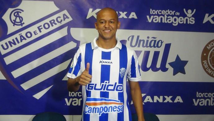 Após a apresentação, Reinaldo Alagoano posa para fotografias com a camisa do novo clube (Foto: Denison Roma / GloboEsporte.com)
