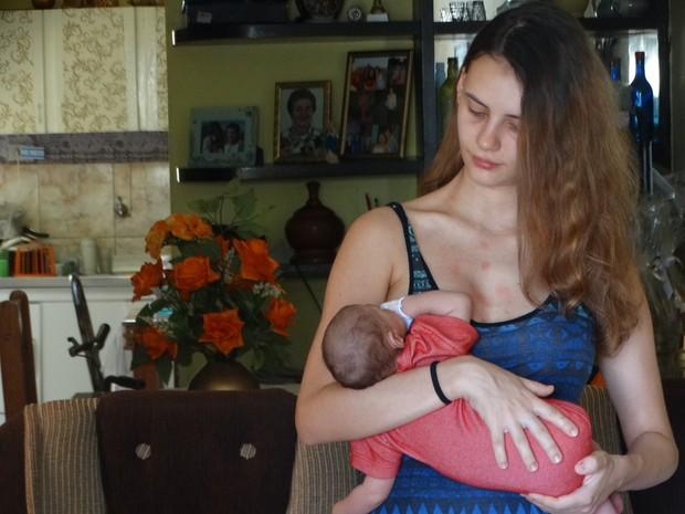 Nicole Cristina diz que a filha com microcefalia tem espasmos (Foto: Kamylla Lima/G1 Caruaru)