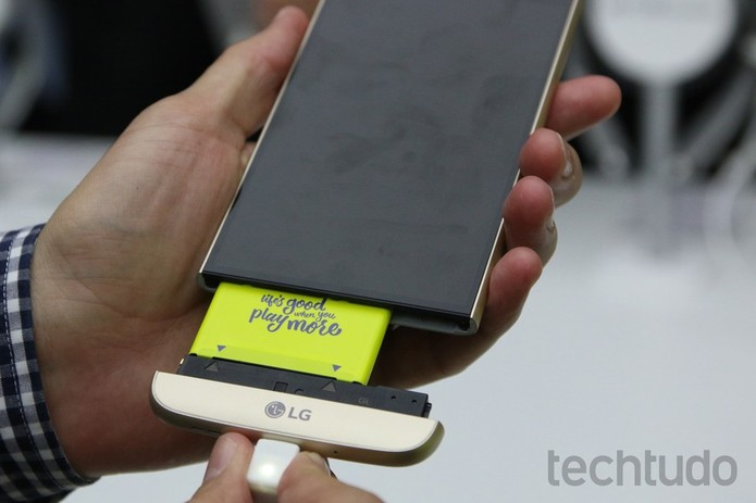 Módulos e bateria do LG G5 trazem setas que indicam onde o encaixe deve ocorrer (Foto: Fabrício Vitorino/TechTudo)