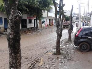 Ruas ficaram cheias de lama após temporal em Pancas. (Foto: Andre Correia / VC no ESTV)