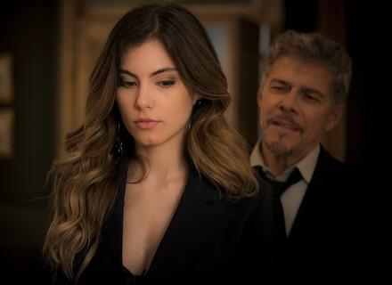 Tião contrata Camila como garota de programa sem que ela saiba