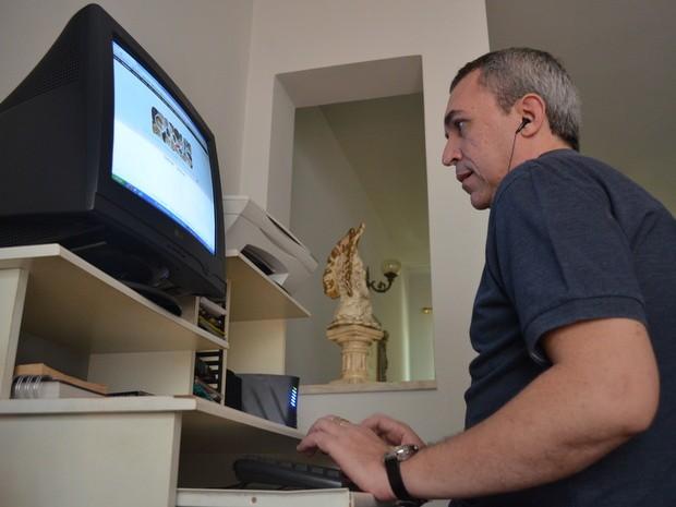 Deficiente visual se formou em Direito e usa computador adaptado para trabalhar (Foto: Luiz Felipe Leite/G1)