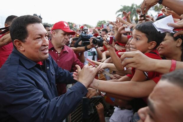 Chávez cumprimenta apoiadores durante ato da campanha em Caracas, na segunda (17) (Foto: Jorge Silva / Reuters)