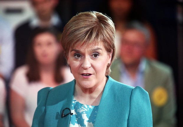 A primeira-ministra escocesa Nicola Sturgeon participa de debate promovido pelo Facebook e Buzzfeed (Foto: BuzzFeed News/Facebook via Getty Images)