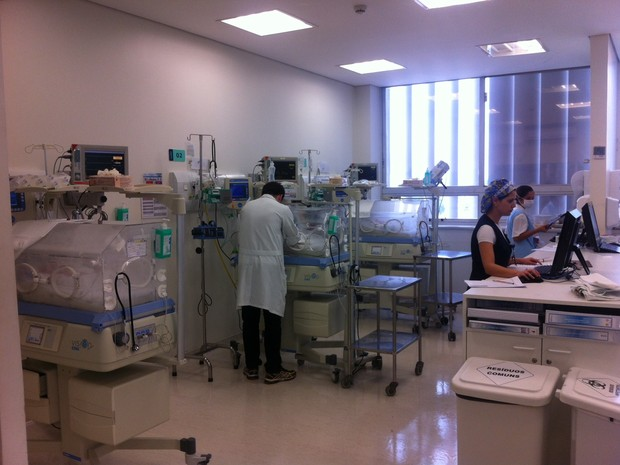Três dos cinco bebês em UTI neonatal de hospital de São Paulo (Foto: Letícia Macedo/G1)