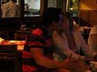 Bárbara Evans troca beijos com o novo namorado durante jantar