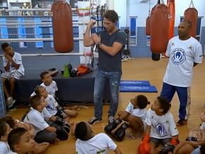 Flavio Canto esteve no projeto Luta pela Paz, no Rio para anunciar que eles serão beneficiados pelo Criança Esperança (Foto: Globo)
