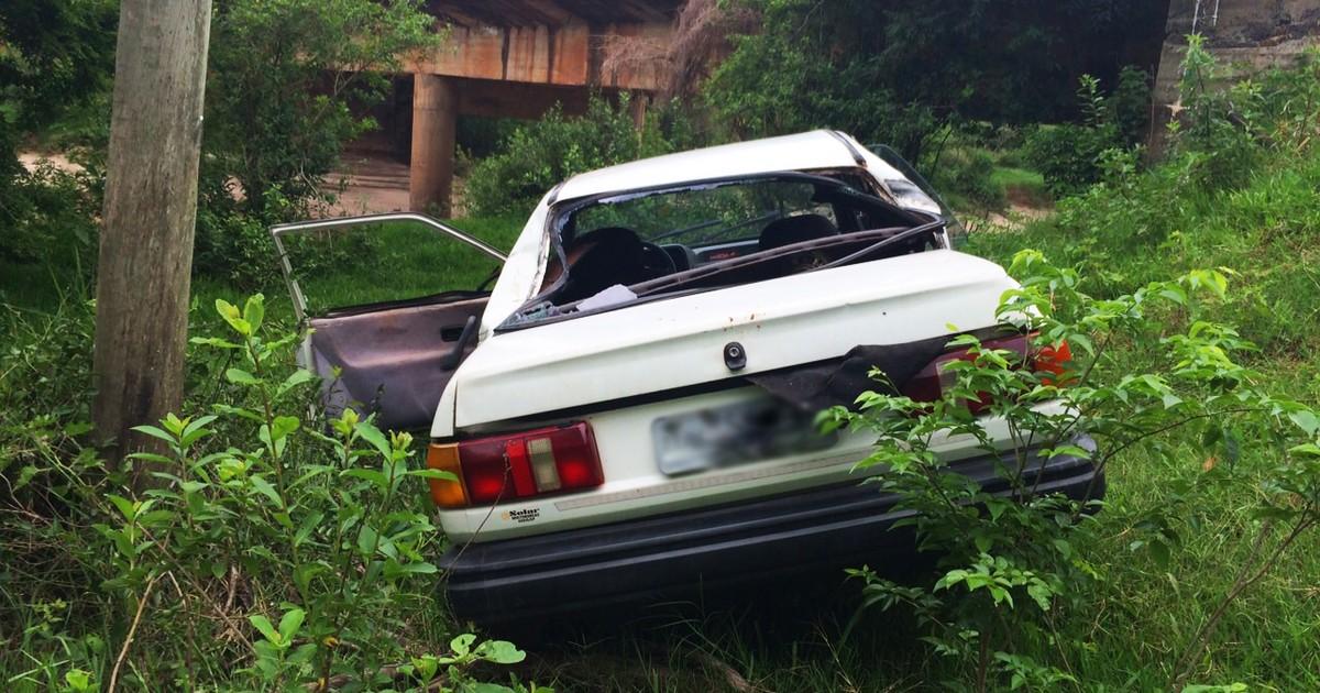 Carro cai em ribanceira próximo à ponte do distrito de Floresta do Sul - Globo.com