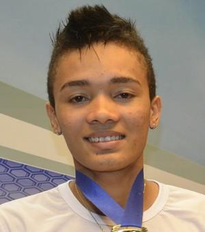 Atleta Venilton Santos com a medalha de ouro conquistada em Grand Slam, no Espírito Santo (Foto: Cassio Albuquerque/GE-AP)