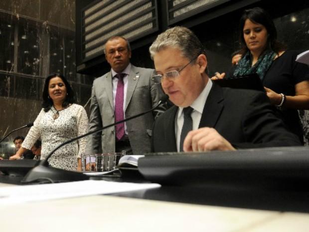 Adalclever Lopes (PMDB), o novo presidente da ALMG, durante a eleição da mesa diretora  (Foto: Guilherme Dardanhan/ ALMG  )