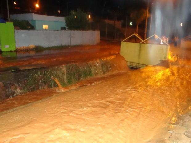 Rio transbordou e provocou a enchente (Foto: Messias Alves Ferreira/ A Voz do Povo)