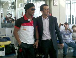Ronaldinho Gaúcho no embarque do Flamengo (Foto: Richard Souza / Globoesporte.com)