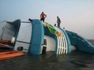 Passageiros e tripulantes foram resgatados por barco que transportava técnicos do Ipam (Foto: Divulgação/Ipam)