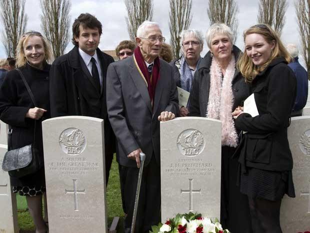 Família faz enterra parente soldado quase cem anos depois de sua morte (Foto: AP)