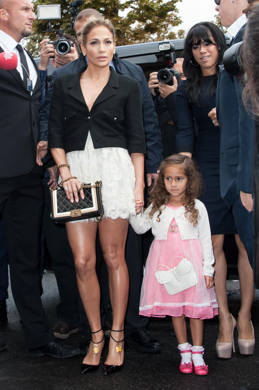 A pequena de 6 anos usou uma bolsa caríssima da Chanel em um evento de moda em 2012. Insano, mas quando a sua mãe é Jennifer Lopez, seu guarda-roupa possui itens assim. Emme frequentemente é vista com seus cabelos cacheados e vestidos fofos. (Foto: Getty Images)