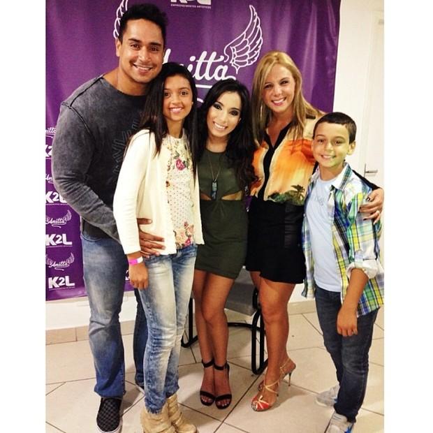 Carla Perez e Xanddy com os filhos Camilly Victória e Victor Alexandre e a cantora Anitta em show no Rio (Foto: Instagram/ Reprodução)