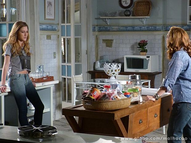 Vera tenta conversar com Sofia sobre as visitas no casarão (Foto: Malhação / TV Globo)