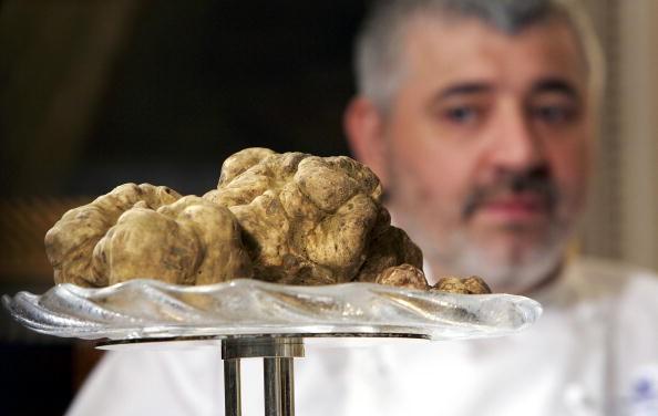 Trufa branca é observada pelo chef Umberto Bombana  (Foto: MN Chan/Getty Images)