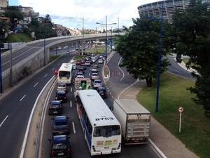 Entorno da Arena Fonte Nova está com trânsito lento na manhã desta terça-feira (1º) (Foto: Cássia Bandeira/G1)